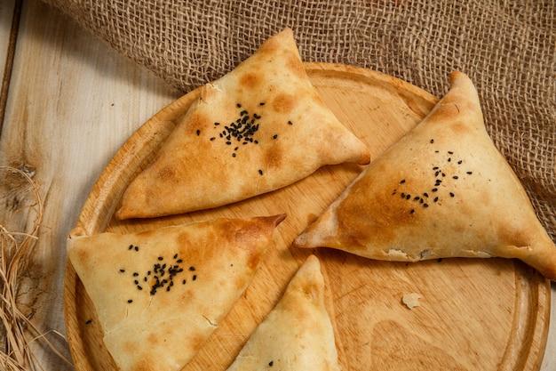 Samosa, samsa - vlees gevulde pastei, oosterse stijl. bladerdeeg met vlees samosa