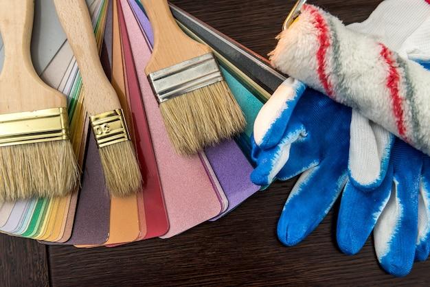 Sampler kleurenpalet met penseel en handschoenen voor uw interieur. alle apparatuur huis renovatie.