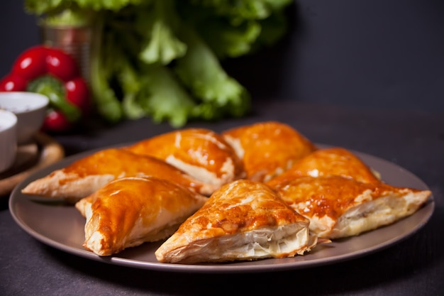 Samsa met dipsauzen. heerlijke zelfgemaakte samosa's.