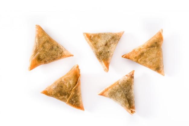 Samsa of samosas met vlees en groenten op wit worden geïsoleerd dat.