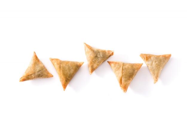 Samsa of samosas met vlees en groenten op witte, hoogste mening worden geïsoleerd die