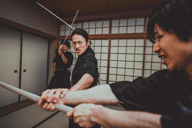 Samurai training in een traditionele dojo, in tokyo