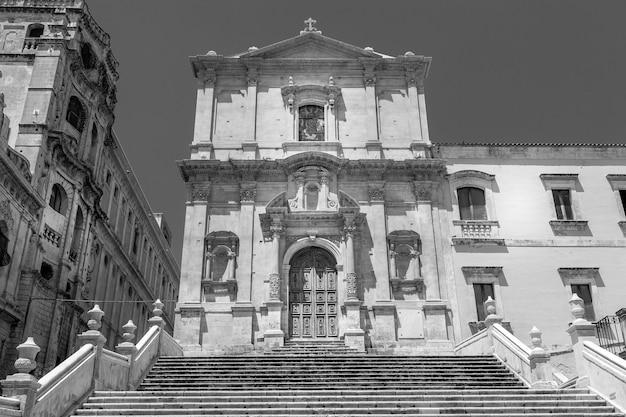San francesco is een van de vele nieuwe kerken die zijn gebouwd nadat de stad noto vrijwel werd verwoest door de aardbeving van 1693. barokke stijl