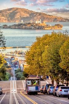 San francisco, skyline met kabelbaan en alcatraz island in usa