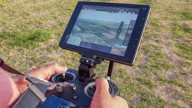 San rafael, argentinië, 6 november 2020:drone afstandsbediening in de hand man. man bedienen van vliegende drone
