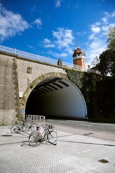 San sebastian (donostia), baskenland, spanje: verlaten stad, fietsenstalling bij oude stenen brug