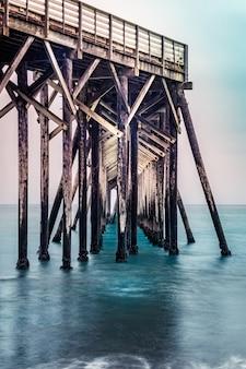 San simeon-pier op het william randolph hearst memorial-strand, californië