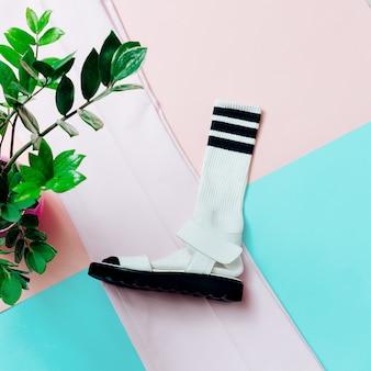 Sandalen en sokken. zomer minimum. hipster-stijl