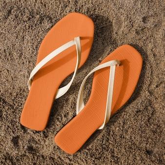 Sandalen op het strand zomermode luchtfoto