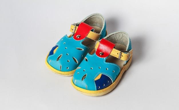 Sandalen voor kinderen op een witte achtergrond