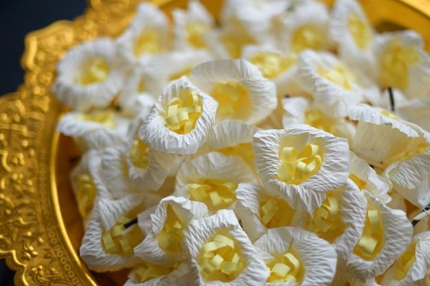 Sandelhoutbloemen voor respect boeddhistische begrafenis