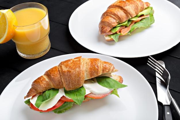Sandwich croissant in plaat voor ontbijt close-up