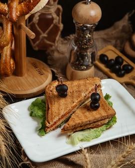 Sandwich gegarneerd met olijven