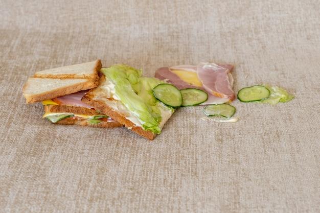 Sandwich gevallen tost bank vuile plek witte bedorven stomerij