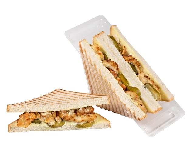 Sandwich in een plastic doos die op een wit oppervlak wordt geïsoleerd.