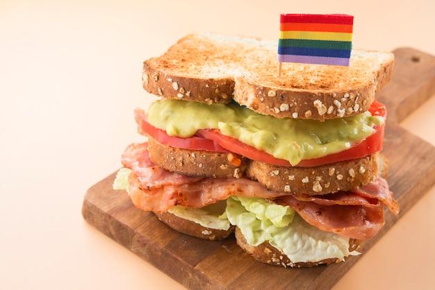 Sandwich lgbt-sla, guacamole, spek en tomaat