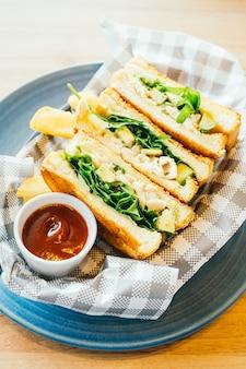 Sandwich met avocado en kippenvlees met frietjes