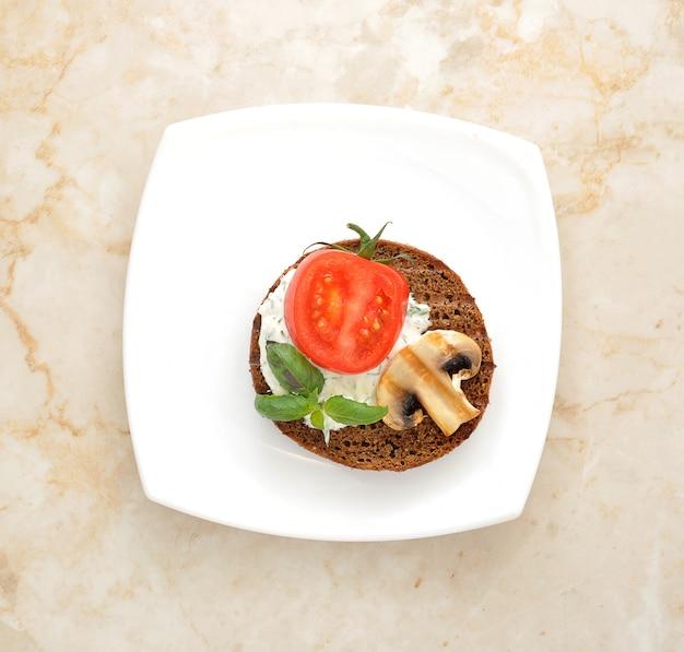 Sandwich met champignons en tomaten