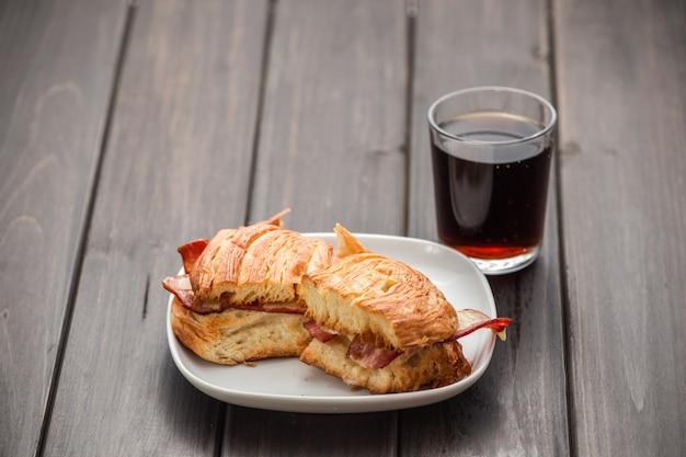 Sandwich met een glas wijn