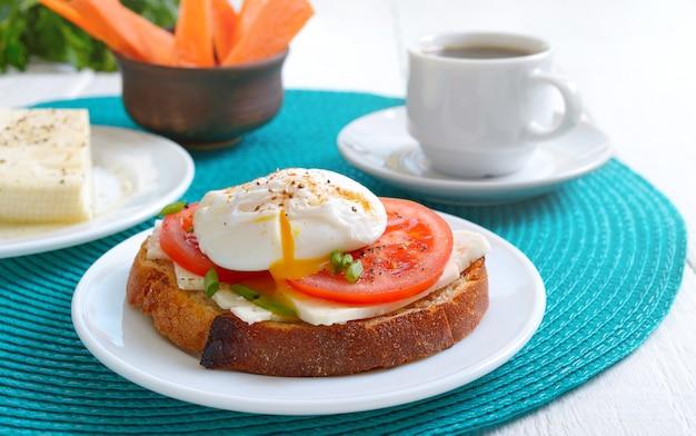 Sandwich met gepocheerd ei en koffie. heerlijk eenvoudig ontbijt.