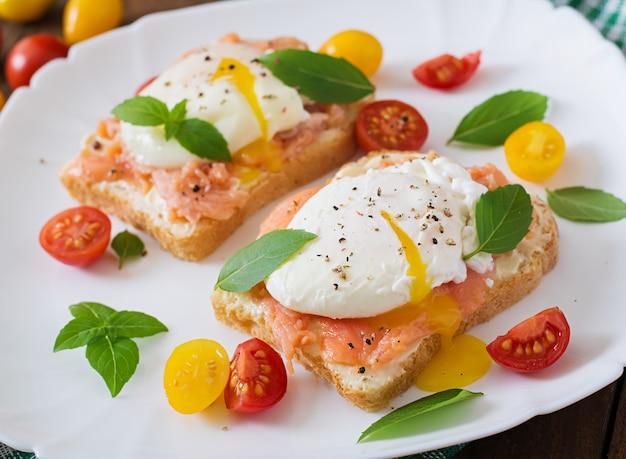 Sandwich met gepocheerde eieren met zalm en roomkaas