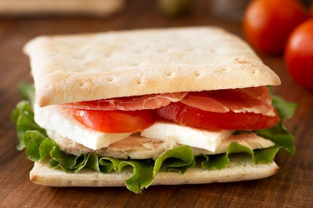 Sandwich met groenten en kaas