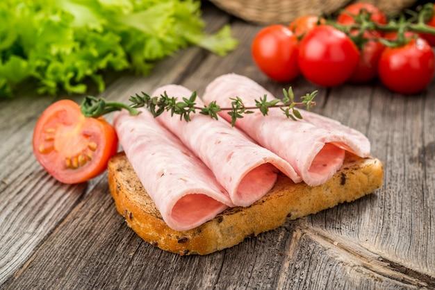 Sandwich met ham en groenten. organische producten