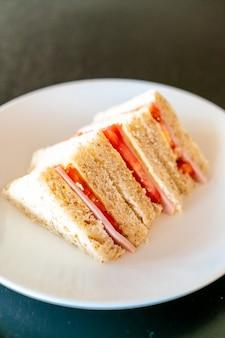 Sandwich met ham en tomaten