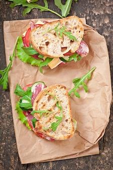 Sandwich met ham, kaas en verse groenten