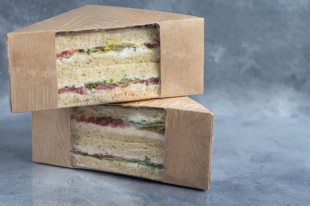 Sandwich met ham, kaas en verse tomaten