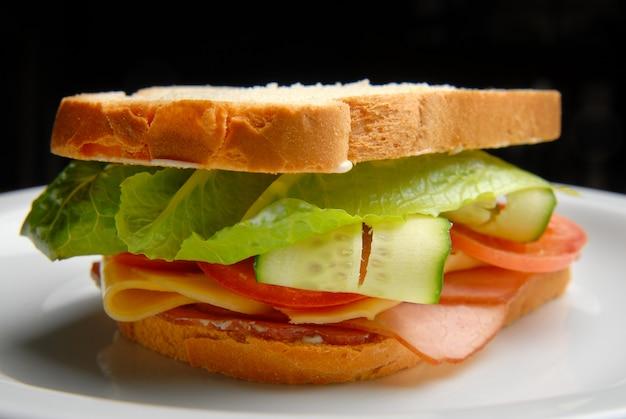 Sandwich met ham, kaas, groenten en salade