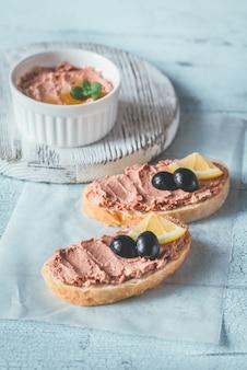 Sandwich met kippenleverpastei en zwarte olijven