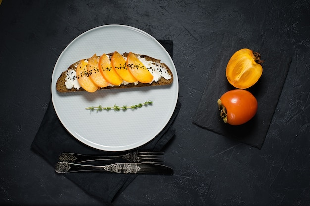Sandwich met persimmon en zachte kaas
