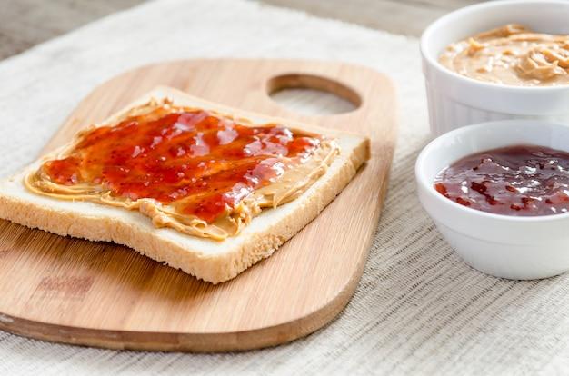 Sandwich met pindakaas en aardbeigelei
