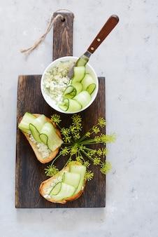 Sandwich met roomkaas en verse komkommer. detailopname. vegetarische fitness sandwich met kwark, komkommer en dille, ontbijt. engelse sandwich
