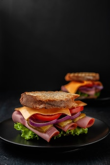 Sandwich met sla van hamtomaten en gele kaas