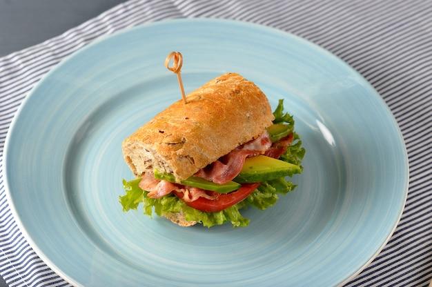 Sandwich met spek en avocado met spiesjes doorboord