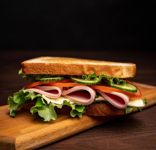 Sandwich met spek, tomaten en kruiden.
