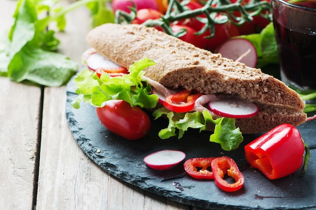 Sandwich met volkoren brood en ham