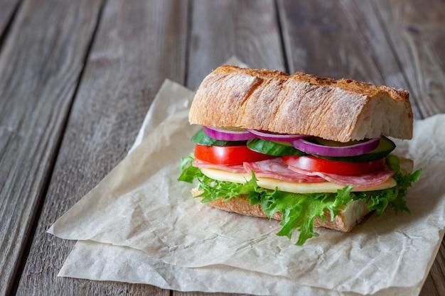 Sandwich met worst, kaas en groene salade