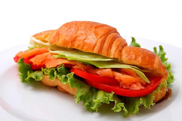 Sandwich met zalm, sla en tomaten