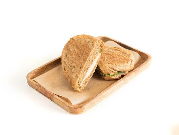 Sandwich op een houten server geïsoleerd