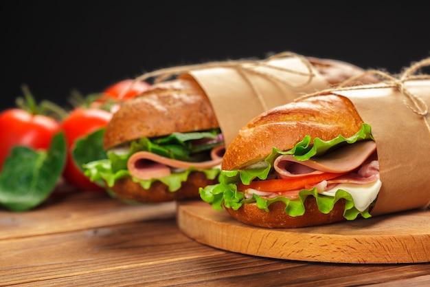 Sandwich op een houten tafel