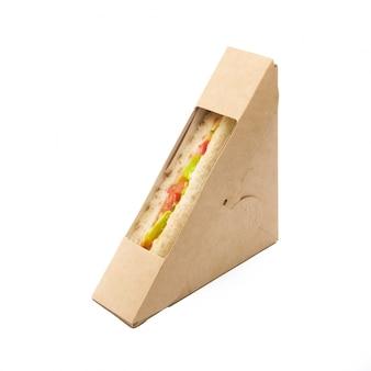 Sandwich toast met tomaten en kaas in een ambachtelijke afhaalmaaltijden doos geïsoleerd op een witte achtergrond, levering, eco-vriendelijk, wegwerp, recyclebaar fastfood-concept