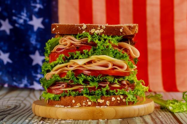 Sandwiche met amerikaanse vlag op achtergrond voor amerikaanse vakantie partij