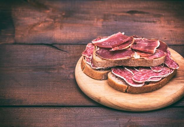 Sandwiches met gerookte worstsalami en stukjes hamon