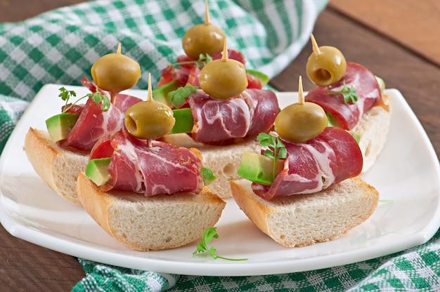 Sandwiches met ham en groene olijven