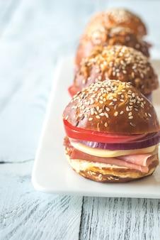 Sandwiches met kaas en ham op de plaat