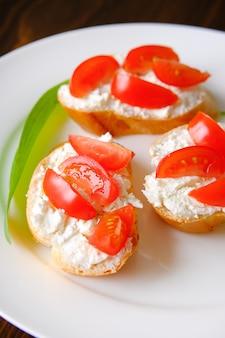 Sandwiches met kaas en tomaten op een bord