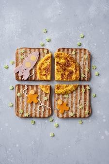 Sandwiches met raket en astronauten op de omelet maan